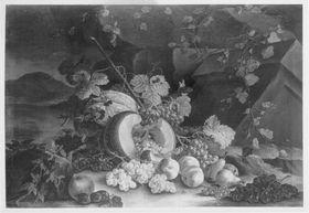 Stillleben mit halbierter Melone und Weintrauben