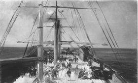Blick auf das Deck eines Schiffs auf offener See